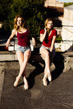 Un ritratto di due ballerine sul tetto Fotografia Stock Libera da Diritti