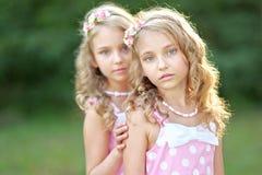 Un ritratto di due bambine Immagini Stock Libere da Diritti