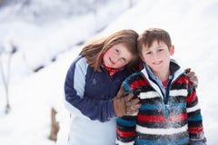 Un ritratto di due bambini nel paesaggio dello Snowy Immagini Stock