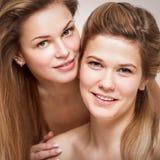 Un ritratto di due belle giovani donne sorridenti Fotografia Stock
