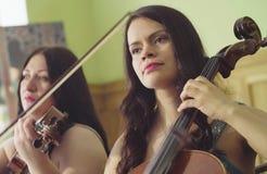 Un ritratto di due donne che giocano musica Fotografia Stock