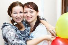 Un ritratto di due donne felici Fotografia Stock