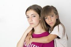 Un ritratto di due 15 e sorelle di 10 anni Immagini Stock Libere da Diritti