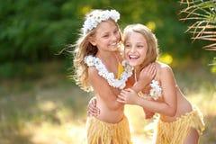 Un ritratto di due gemelli delle sorelle Fotografia Stock