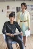 Un ritratto di due genti di affari in ufficio creativo Immagini Stock Libere da Diritti
