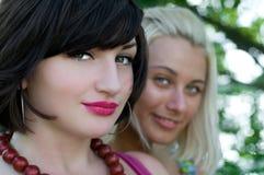 Un ritratto di due giovani donne Fotografie Stock Libere da Diritti