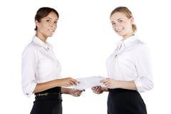 Un ritratto di due giovani donne di affari nello studio Fotografie Stock