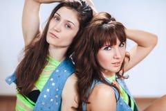 Un ritratto di due giovani donne sexy che esaminano la macchina fotografica, primo piano immagini stock libere da diritti