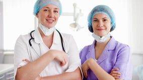 Un ritratto di due medici femminili professionisti che stanno nella stanza di ospedale Medici con lo stetoscopio video d archivio