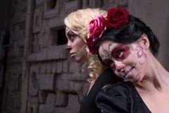 Un ritratto di due ragazze nel nero si veste con Fotografia Stock