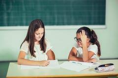 Un ritratto di due scolare felici in un'aula Immagini Stock