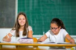 Un ritratto di due scolare felici in un'aula Fotografie Stock