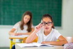Un ritratto di due scolare felici in un'aula Immagini Stock Libere da Diritti