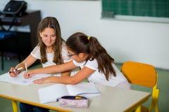 Un ritratto di due scolare in un'aula Fotografia Stock Libera da Diritti