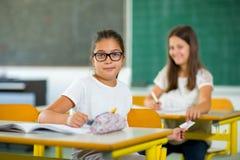 Un ritratto di due scolare in un'aula Fotografia Stock