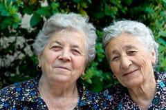 Un ritratto di due signore anziane sorridenti Immagine Stock Libera da Diritti