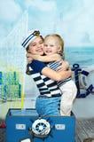 Un ritratto di due sorelle che giocano su un viaggio, fondo del mare Fotografie Stock Libere da Diritti