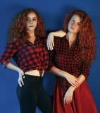 Un ritratto di due sorelle modelli di moda delle ragazze con il gorgeou Fotografie Stock