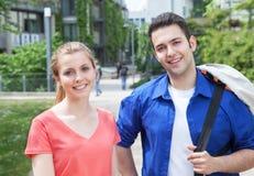 Un ritratto di due studenti sulla città universitaria Fotografia Stock
