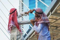 Un ritratto di due tipi arabi che combattono, comportamento aggressivo del primo piano fotografie stock libere da diritti
