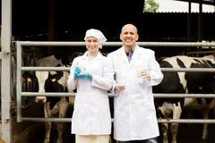 Un ritratto di due veterinari felici che portano le camice Fotografia Stock