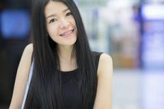 Un ritratto di giovane donna asiatica che sorride alla macchina fotografica Fotografia Stock