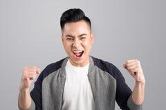 Un ritratto di giovane uomo asiatico emozionante felice con il positiv di successo Fotografia Stock Libera da Diritti