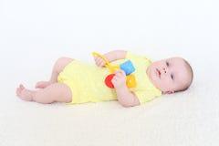 Un ritratto di 2 mesi di neonata con il crepitio Immagine Stock