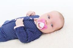 Un ritratto di 2 mesi di neonata con soother Fotografia Stock