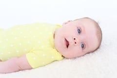 Un ritratto di 2 mesi di neonata in tuta gialla Fotografia Stock