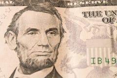 Un ritratto di presidente Abraham Lincoln sulla banconota in dollari 5 fine immagini stock