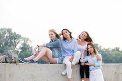 Un ritratto di quattro belle amiche felici, ragazze dello studente fotografia stock