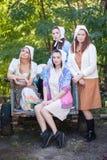 Un ritratto di quattro donne vestite in un retro stile rurale immagini stock