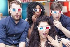 Un ritratto di quattro giovani adulti che indossano i vetri 3d Fotografia Stock Libera da Diritti