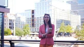 Un ritratto di riuscita donna sicura di affari con una tazza di caffè da andare video d archivio