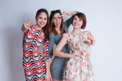 Un ritratto di stile di vita dello studio di tre migliori amici Immagine Stock