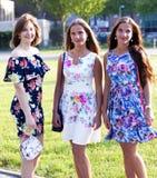 Un ritratto di tre amici attraenti che stanno fuori immagine stock libera da diritti