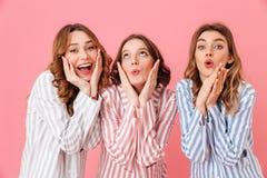 Un ritratto di tre amici delle donne che indossano il touchin dell'abbigliamento di svago immagini stock