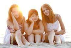 Un ritratto di tre belle ragazze alla spiaggia. Fotografia Stock