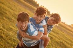 Un ritratto di tre fratelli allegri felici Fotografia Stock Libera da Diritti