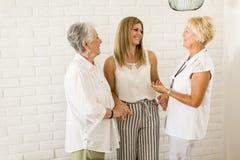 Un ritratto di tre generazioni di donne nella stessa famiglia Immagini Stock