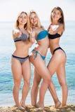 Un ritratto di tre giovani donne allegre sulla spiaggia Fotografia Stock