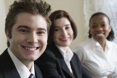 Un ritratto di tre giovani professionisti sorridenti. Fotografia Stock