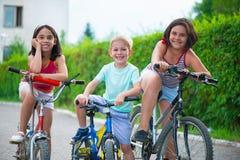 Un ritratto di tre piccoli ciclisti Immagini Stock Libere da Diritti
