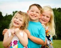 Un ritratto di un gioco dei tre bambini Immagini Stock Libere da Diritti