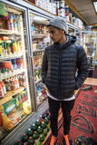 Un ritratto di un Newyorkese di vita nella ghiottoneria di un cornerstore fotografia stock