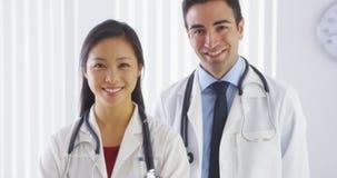 Un ritratto di un sorridere di due medici fotografia stock libera da diritti