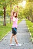 Un ritratto di una donna asiatica che fa allungando esercizio Fotografie Stock Libere da Diritti