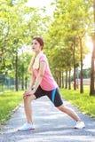 Un ritratto di una donna asiatica che fa allungando esercizio Fotografie Stock