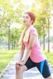 Un ritratto di una donna asiatica che fa allungando esercizio Immagine Stock Libera da Diritti